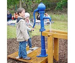 Wasserpumpe mit Reservoir und Eiche-Podest